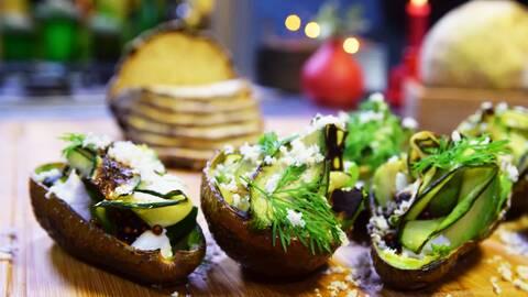 Grillad avokado med tapiokapärlor, havre fraiche och dill.