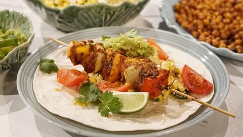 Fajitaspett med mexikansk majssallad, ärtdipp och rostade kikärtor.