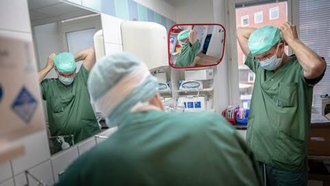 Arkivbilder från tidigare operation med forskarteamet bakom livmodertransplantationerna
