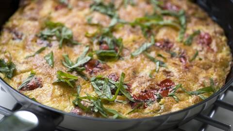 Italiensk omelett med mozzarella.