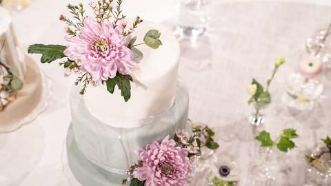 Bröllopstårta med blomdekoration.