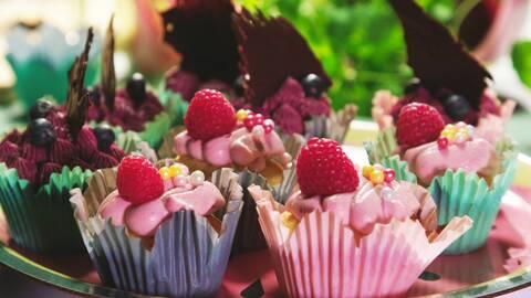 Cupcakes med bär och färskostfrosting.