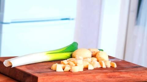 Potatis- och puljolökssoppa för en tia.