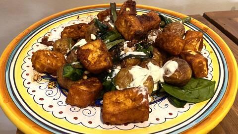 Ugnsrostade potatis med naanbröd, friterade paneer och raita.
