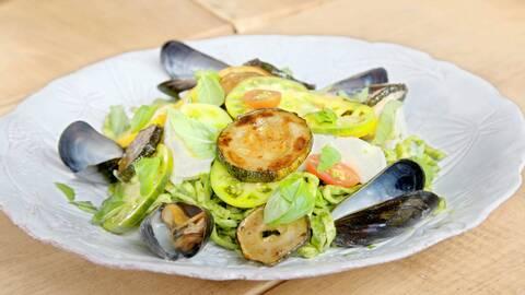 """""""Slarvig"""" pasta med musslor, zucchini och kräm på svinmålla."""