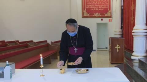 Prästen Iklimis Alshamani förbereder nattvarden