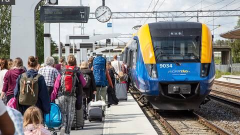 Tågresenärer kliver ombord på ett tåg mod Boden på Centralstationen i Umeå.