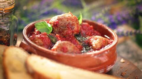 Köttbullar i kryddig tomatsås.