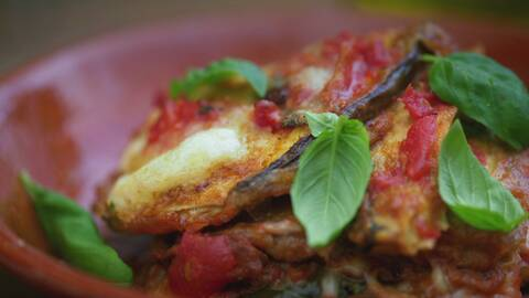 Stekt aubergine med basilika och tomatsås.