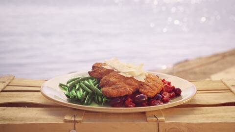 Panerad kyckling med parmesan och kryddig sås.