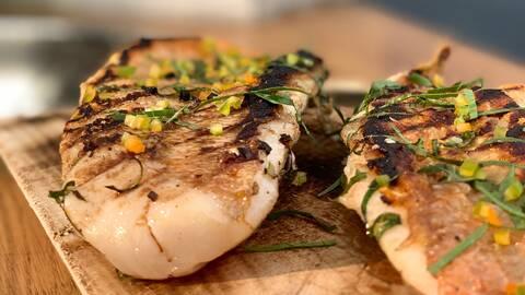 Grillad fisk med libbsticka, citron och chili.