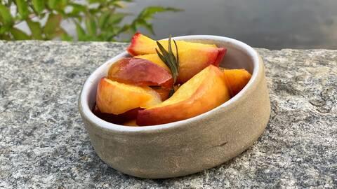 Grillade persikor med honung och rosmarin.