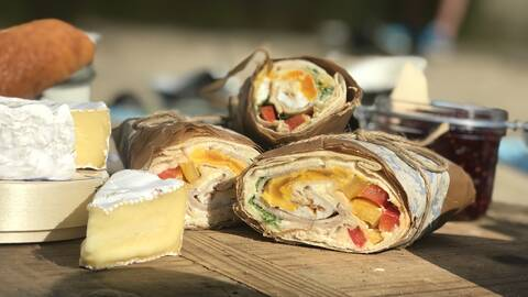 Picknickwraps med rökt lax, ägg och krämig färskoströra.
