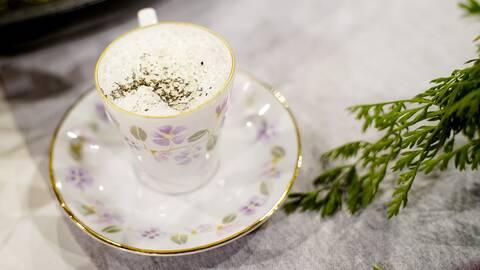 Kålrotscappuccino med blast och rökt sidfläsk.