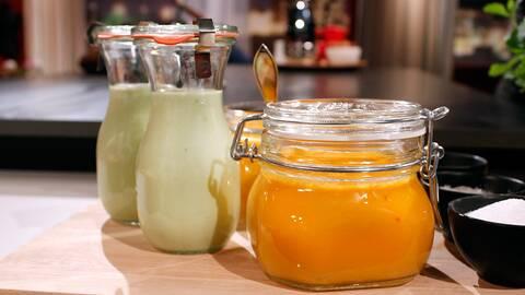 Krämig avokadosoppa och morotsgazpacho, i burkar.