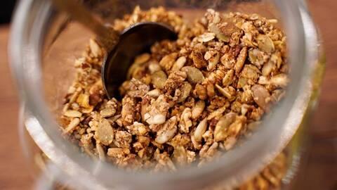 Sockerfri granola av Alexandra Zazzi.