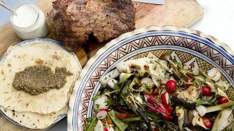 Grillad sallad med lammstek, olivtapenad och mjuka tunnbröd