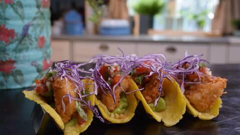 Tortillas med friterad fisk, avokadocreme och pico de gallo.