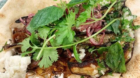 Kebab med auberginesallad och libabröd.