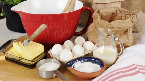 Ägg, mjölk, smör, bunke, socker, salt.