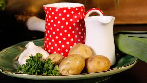 Potatis, mjölkkannor.