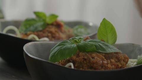 Zucchinispagetti med linsragu-bolognese
