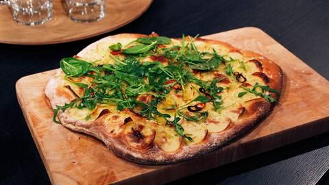 pizza på träskärbräda