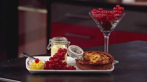 upplagd dessert och vinbär