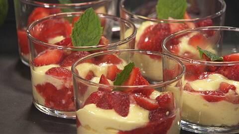varvad dessert med kräm och jordgubbar i glas