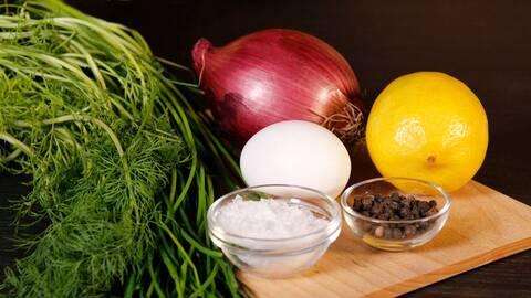 Dill, rödlök, ägg, citron, salt, peppar.