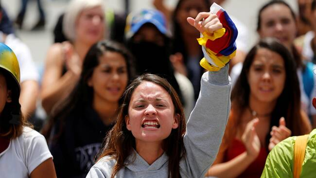 Demonstranter i Caracas protesterar mot regeringen under fredagen.