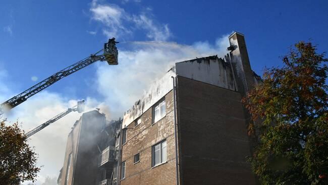 Kvinna dod i kraftig brand i flerfamiljshus