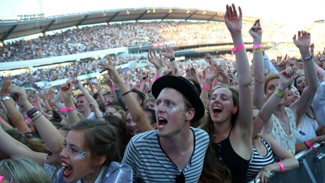 Människor sjunger med under konsert.