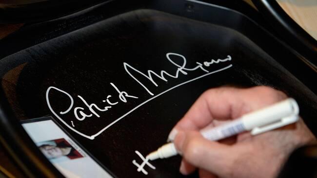 Patrick Modiano signerar sin stol på Nobelmuseet.
