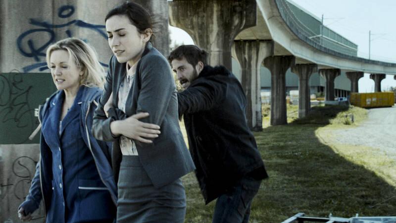 Lola (Rebecca Gibney), Chelsey (Geraldine Hakewill) och Chris (Ryan Corr) i Efterlysta för mord.