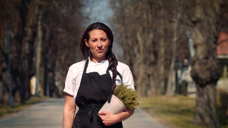 Programledaren Barbi Jakowicz lagar mat tillsammans med olika kockar med fokus på romska maträtter, med dess olika specialiteter.