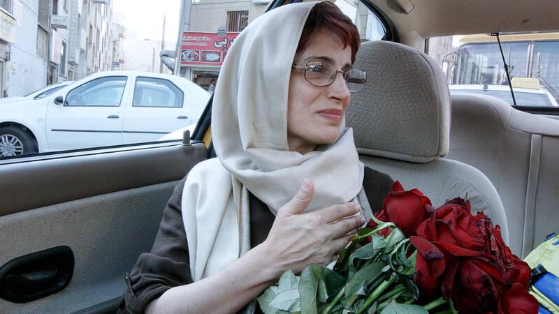 En av passagerarna som regissören Jafar Panahi plockar upp är advokaten och människorättsaktivisten Nasrin Sotoudeh, som nyligen dömdes till 38 års fängelse och 148 piskrapp för sitt arbete.