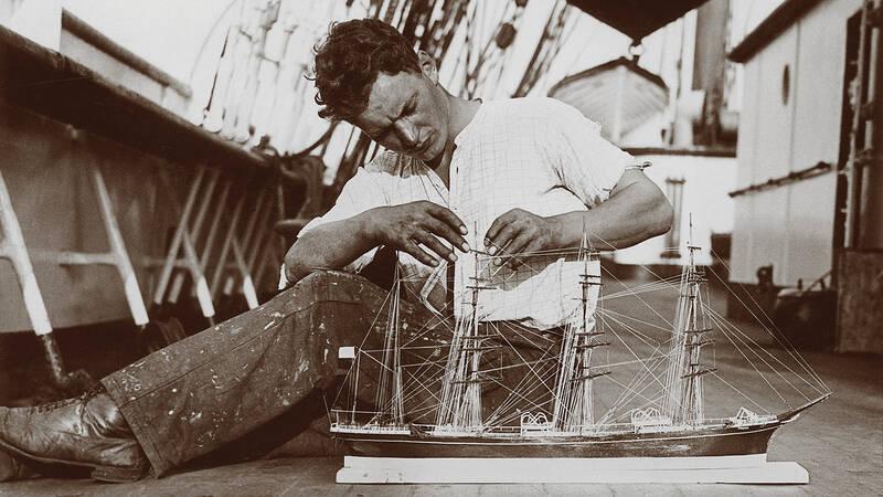 Den åländske sjömannen Runar Husell sattes i ett fångläger under andra världskriget. För att fördriva tiden byggde han världens största och mest detaljerade fartygsmodell – utan tillgång till verktyg, ritningar eller byggmaterial.