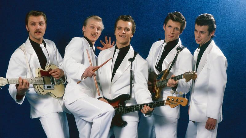 När The Boppers slog igenom i slutet av 70-talet, överraskande det alla. Ett gäng förortskillar från Stockholm som spelade doo-wop och 50-talsrock mitt i punkeran. Bandet fångade en publik som sträckte sig över flera generationsgränser och under ett par galna år slogs rekord efter rekord i de svenska folkparkerna