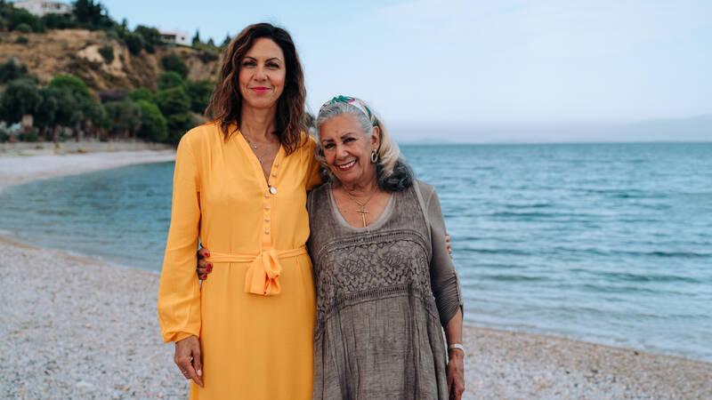 Greklands soldränkta öar är älskade av många semesterfirare världen över. Men finns det fortfarande hemliga och okända pärlor på dessa välbesökta platser som vi inte känner till? Det bestämmer sig programledaren Julia Bradbury för att ta reda på.