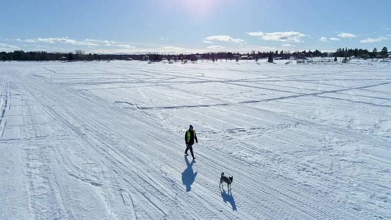 Urpo Taskinen med sin hund på Torne älv.