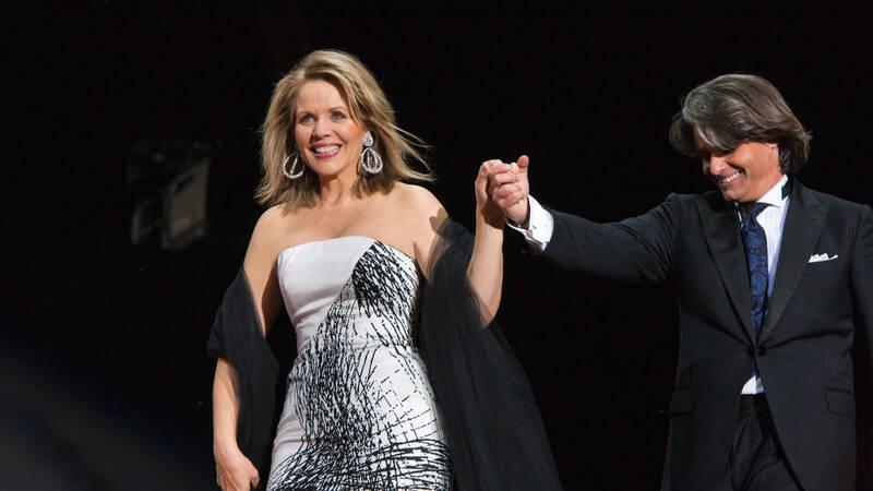 Den amerikanska sopranen Renée Fleming sjunger till Berlins filharmoniker. Ion Marin är dirigent.