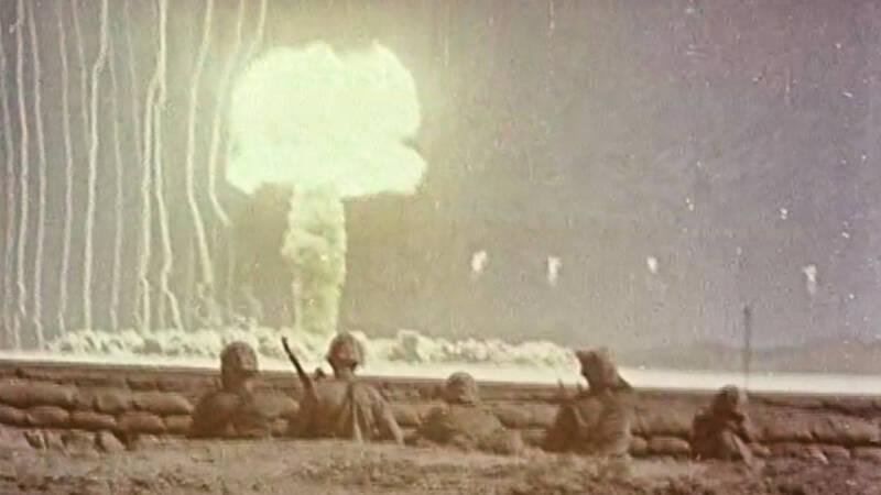 1945 har USA precis bombat Hiroshima och Nagasaki, vilket leder till 180 000 japaners död och att landet kapitulerar i andra världskriget. Men historien bakom den ödesdigra attacken är inte lika känd. I USA var man övertygad om att Tyskland skulle utveckla atombomben under krigsåren, och livrädd för vad som kunde hända med ett sådant vapen i fel händer.