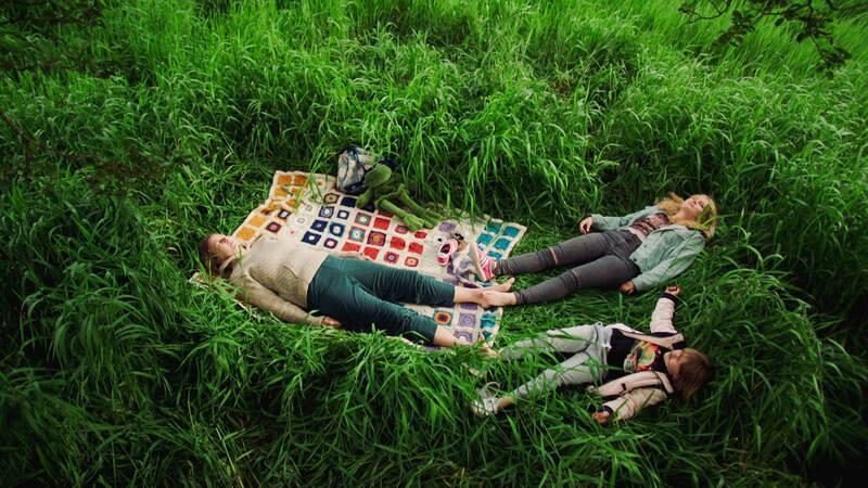 Två unga systrar Rosa (Reidun Melvær Berge) och Iv (Ellinor Kveldstad) ger sig ut på en resa tillsammans för att genomföra mammans (Silje Birgitte Folkedal) sista önskan: att vaka över henne tills själen lämnat kroppen.