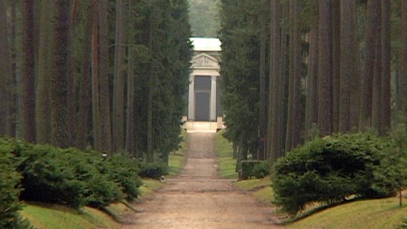 I unga år vann arkitekterna Asplund och Lewerentz en tävling om den nya skogskyrkogården, de skulle sedan komma att arbeta med denna skapelse under resten av sina liv. En film om tillblivelsen av världskulturarvet som också blir ett drama om konst, vänskap och svek.