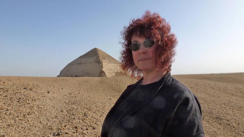 Prof. Joann Fletcher framför den böjda pyramiden i Dahshur.
