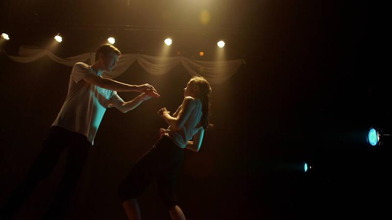 Vad kan två dansare göra på en scen fylld av travar med papper och en inspelning av Casta Diva? Massor visar det sig. Ett bråk om revir uppstår, en öm vänskap växer och befriande rörelser fria för var och ens egen tolkning.