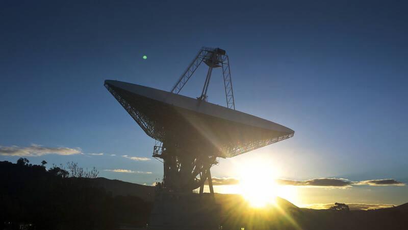 Fysikprofessor Brian Cox funderar än en gång över universums stora gåtor. För att gräva djupare i rymdens historia har han med sig experter som Neil DeGrasse Tyson och Brian Greene, samt Australiens främsta astrofysiker Katie Mack och Brian Schmidt.
