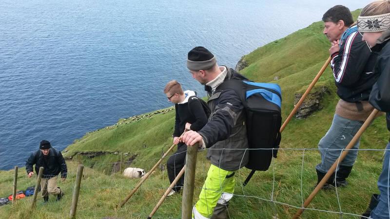 Lítla Dímun är den minsta av de 18 huvudöar som utgör Färöarna. Enda sättet att ta sig iland på den branta och bergiga ön är genom att klättra upp via rep utmed bergväggarna.