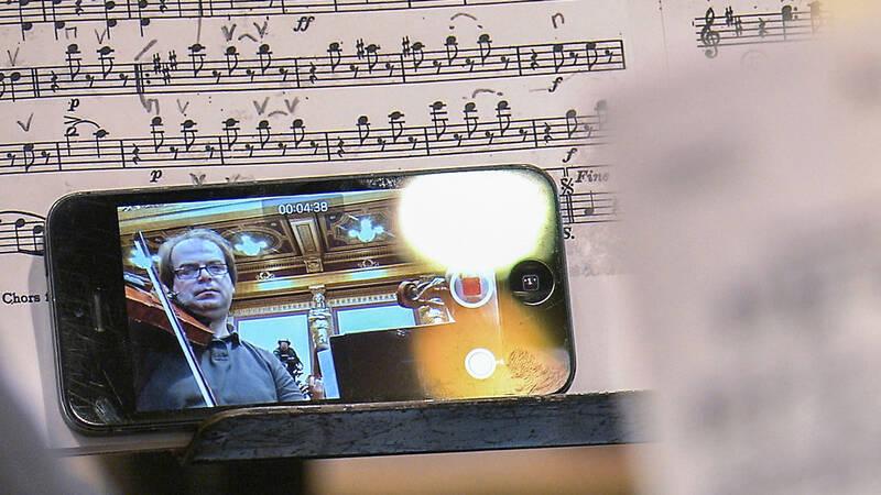Programmet är också världens kanske första selfie för orkester. En mobiltelefon per musiker och vi får ett spännande och onekligen nytt perspektiv på världens mest kända vals.
